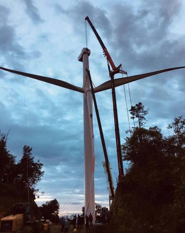 重庆石柱县枫木风电首台风机吊装完成